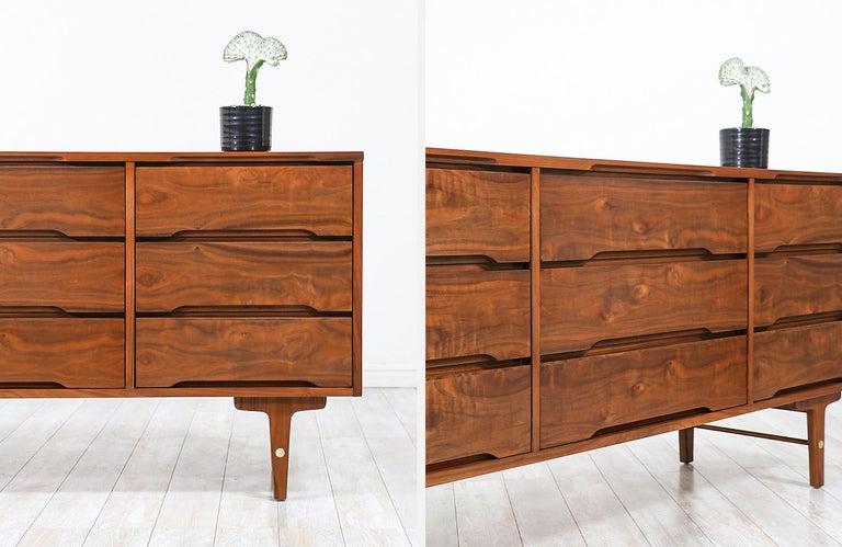 Mid-Century Modern 9-Drawer Dresser by Stanley Furniture For Sale 3