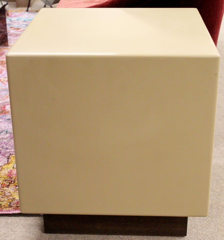Mid-Century Modern Acrylic Metro Cube Side End Table on Plinth Base In Good Condition For Sale In Keego Harbor, MI