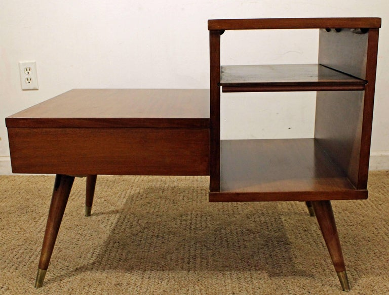 Mid-Century Modern American of Martinsville Two-Tiered Walnut End Table In Excellent Condition For Sale In Newport, DE