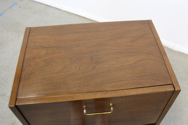 Mid-Century Modern American of Martinsville Merton Gershun 'Dania' Nightstand In Good Condition For Sale In Wilmington, DE