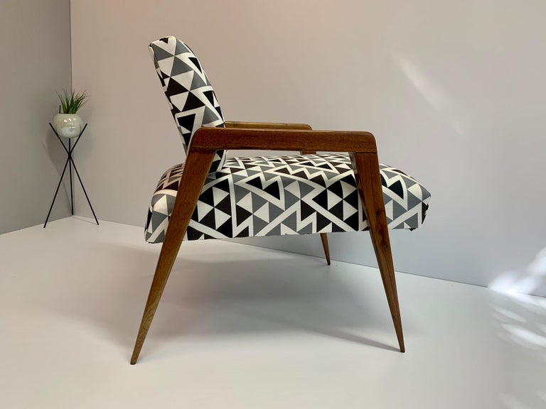 Mid-Century Modern armchair, manufactured in the 1960s in Mexico, the designer or manufacturer is unknown but this beautiful piece is worthy of a good corner with a bedside table and lamp in your cozy space.