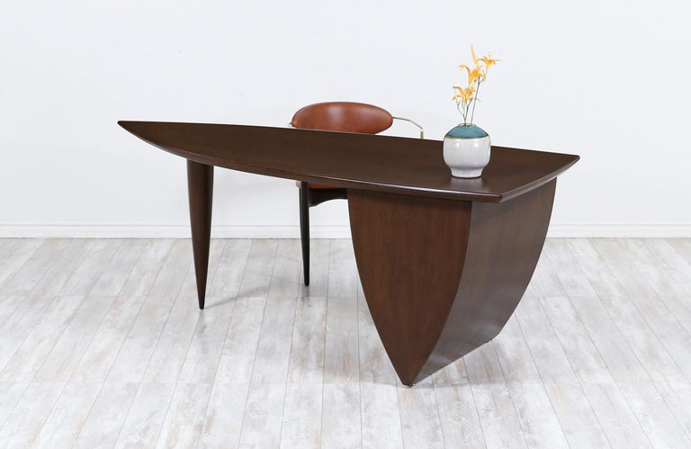 Mid-Century Modern Asymmetrical Executive Desk after Wendell Castle In Excellent Condition For Sale In Los Angeles, CA