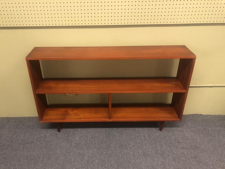 Mid-Century Modern Backless Low Profile Teak Bookcase with Tapered Legs In Good Condition For Sale In San Diego, CA