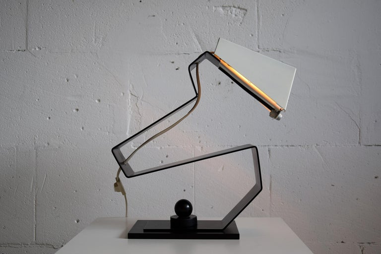 Mid-Century Modern Black and White Table Desk or Nightstand Lamp In Good Condition For Sale In Weesp, NL
