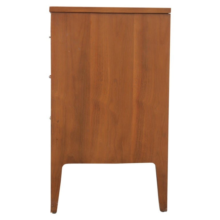 Mid-Century Modern Broyhill Forward Sideboard / Dresser In Good Condition For Sale In Houston, TX