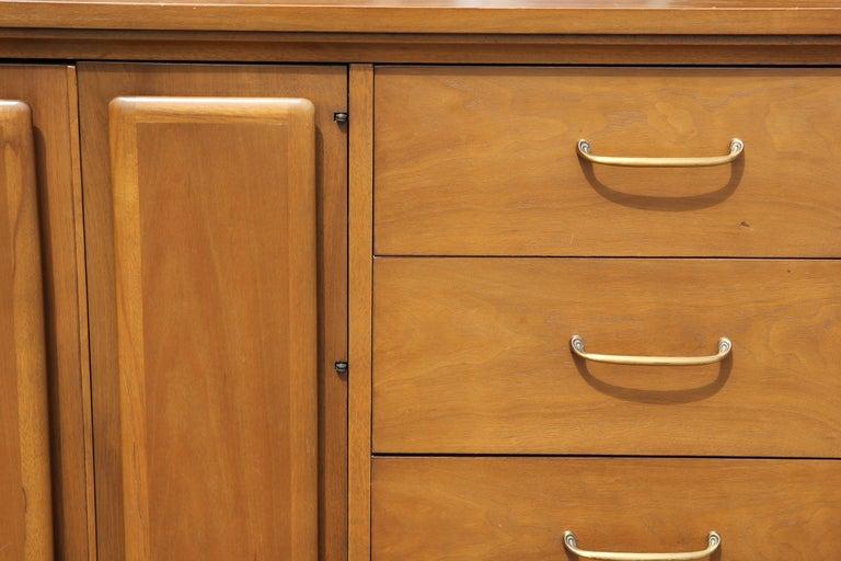 Late 20th Century Mid-Century Modern Broyhill Forward Sideboard / Dresser For Sale