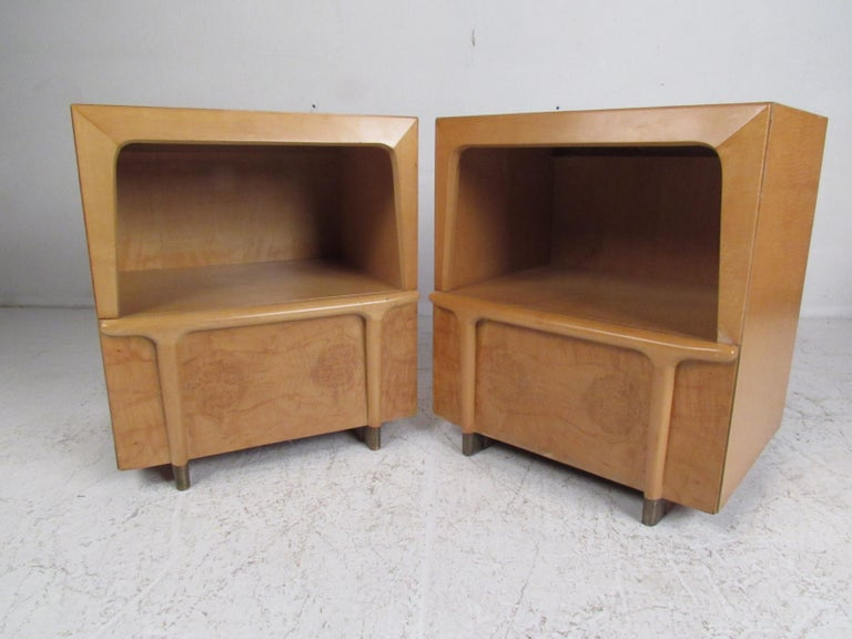 Mid-Century Modern Burl Maple Bedroom Set in the Style of Heywood Wakefield For Sale 12