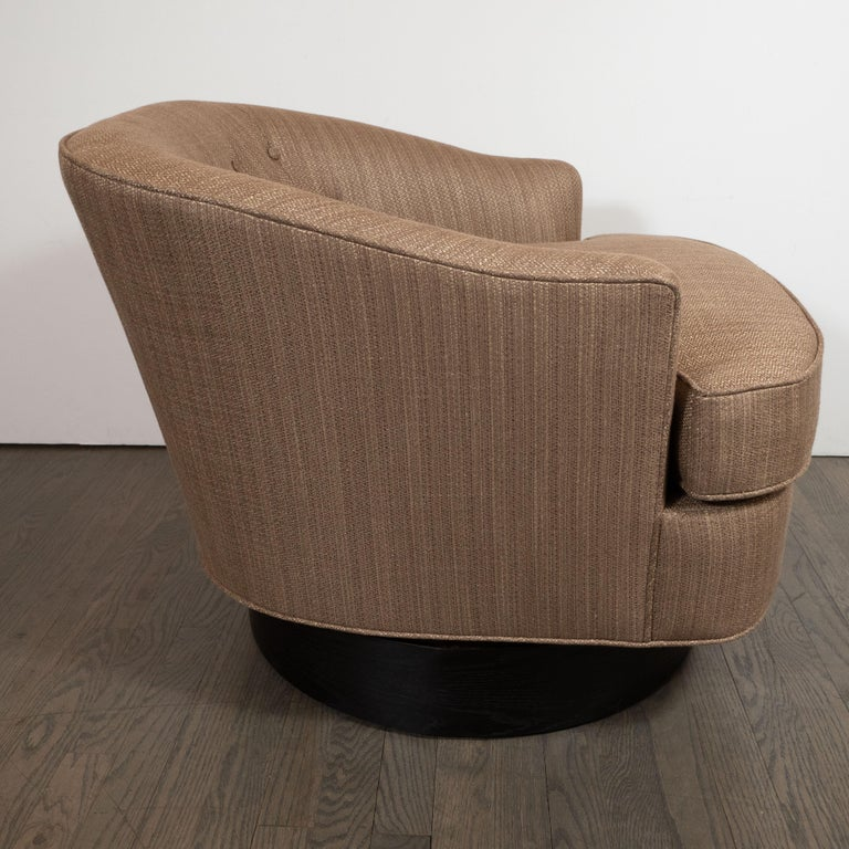 Mid-Century Modern Button Back Swivel Chair in Holly Hunt Umber Fabric In Excellent Condition For Sale In New York, NY
