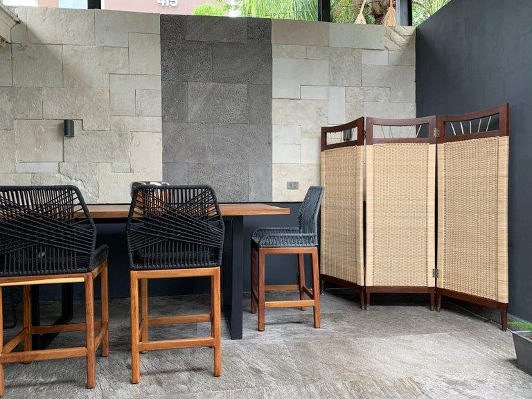 For your consideration, a three-screen room divider made with cane, mahogany wood and brass details, from the background we know that it was manufactured in the mid-1950s in the era of Mexican modernism. The cane is new and the weaving process is