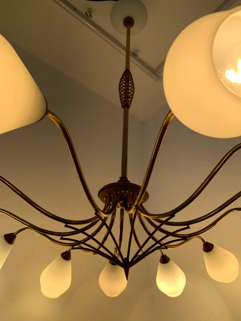 Mid-Century Modern Chandelier in Brass and Opaline Glass, Attributed to Stilnovo In Good Condition For Sale In Merida, Yucatan