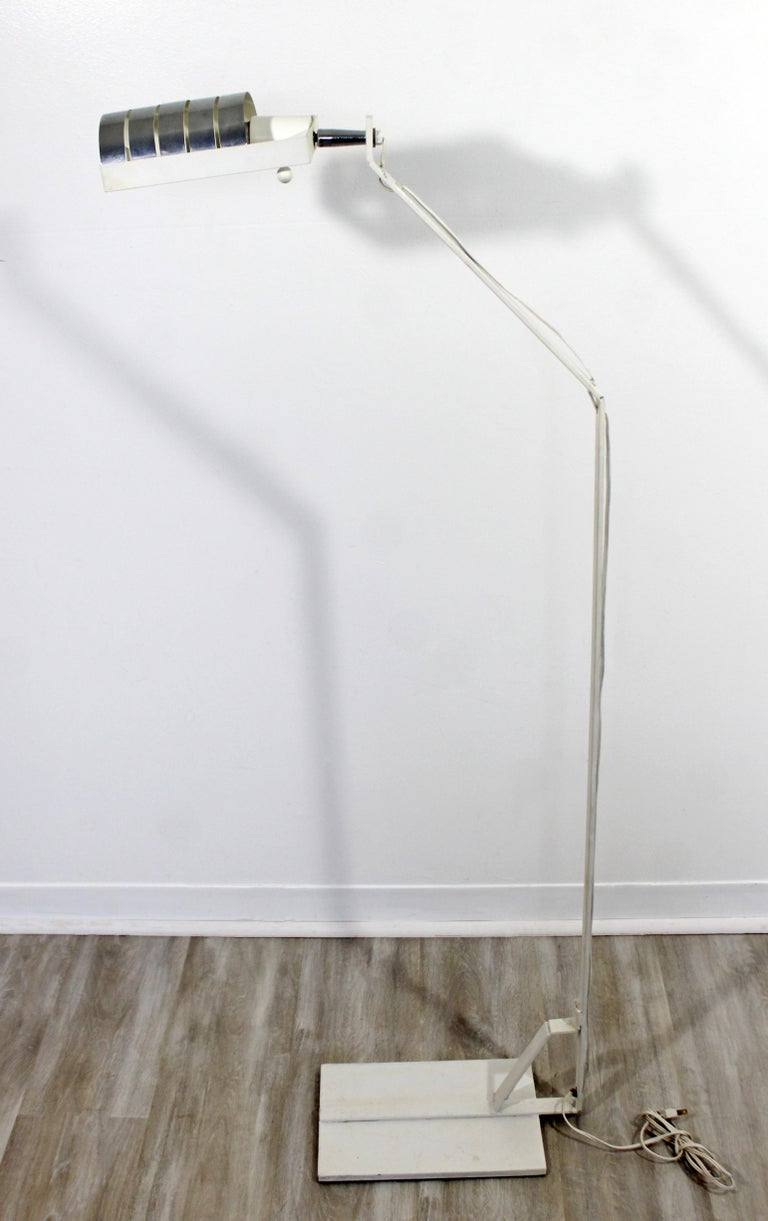 For your consideration is an essentially retro, adjustable, reading floor lamp, made of white painted metal and with a chrome head, in the style of Robert Sonneman or Lightolier, circa 1970s. In great vintage condition. The dimensions are 20