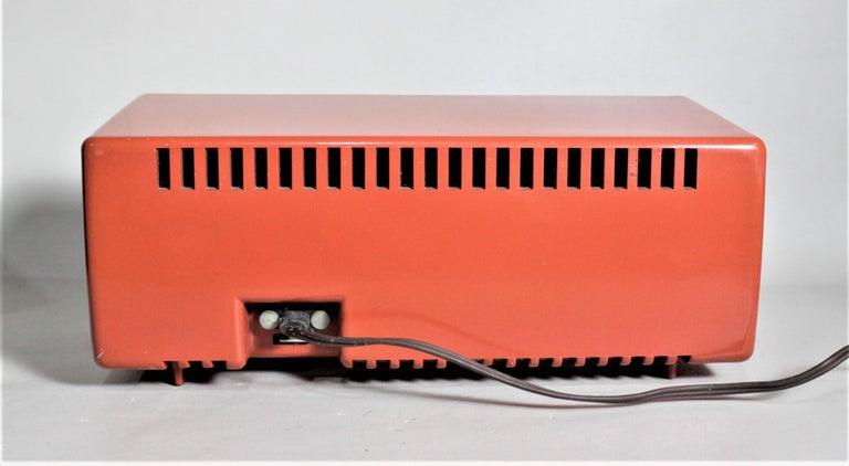 Mid-Century Modern Coral Pink Crosley Model T-60 AM Tube Table Radio In Good Condition For Sale In Hamilton, Ontario