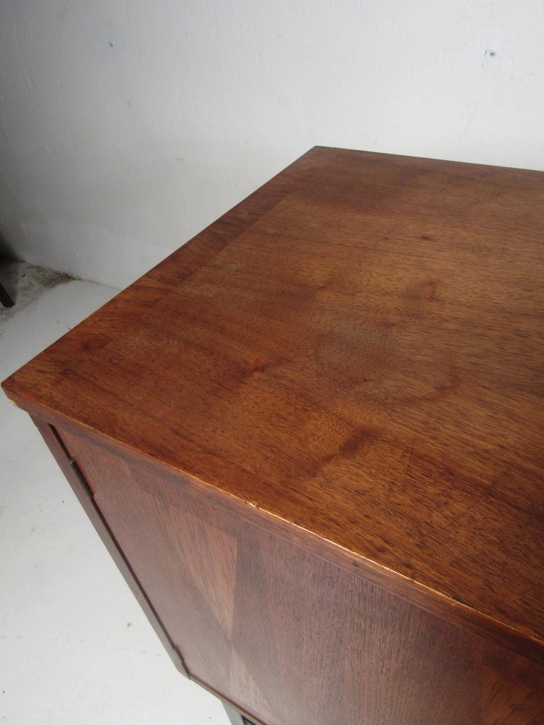 Mid-Century Modern Credenza by Stanley For Sale 4