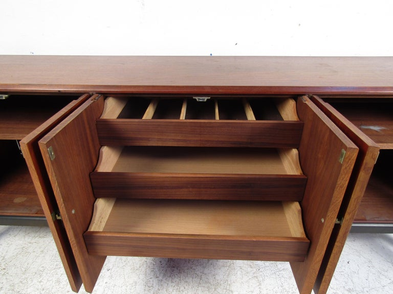 Mid-Century Modern Credenza In Good Condition For Sale In Brooklyn, NY