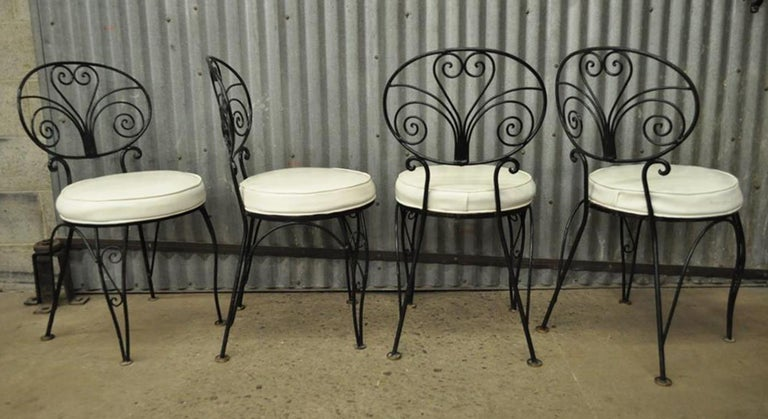 Mid-Century Modern Curule Wrought Iron Patio Dining Set Table Four Chairs In Good Condition For Sale In Philadelphia, PA