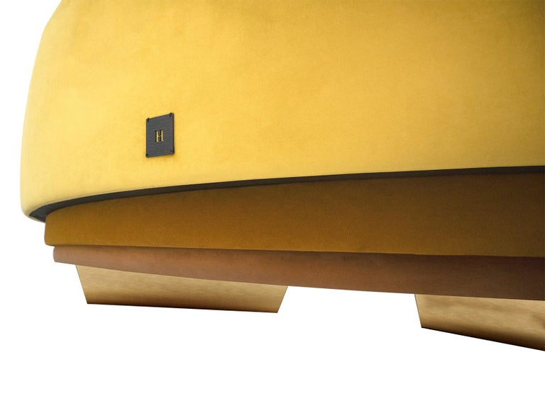 Mid-Century Modern Curved Serpentine Sofa in Yellow Velvet with Gold Details In New Condition For Sale In Porto, PT