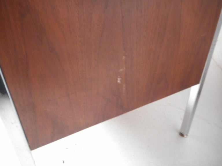 Mid-Century Modern Desk by Design Craft with a Finished Back For Sale 5