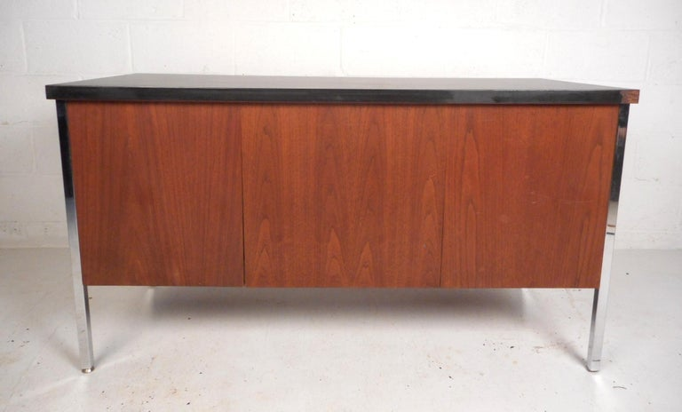 Mid-Century Modern Desk by Design Craft with a Finished Back In Good Condition For Sale In Brooklyn, NY