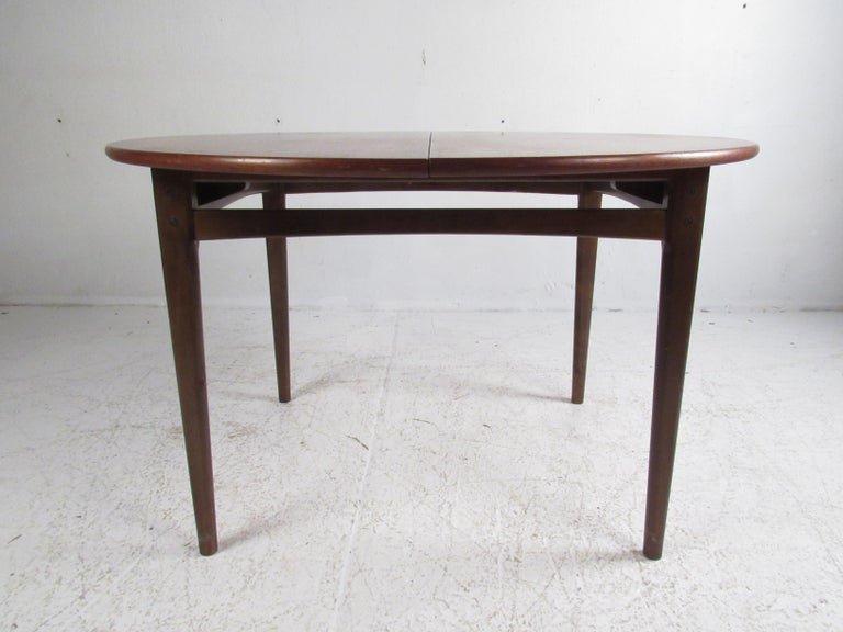 Mid-Century Modern Dining Set In Good Condition For Sale In Brooklyn, NY