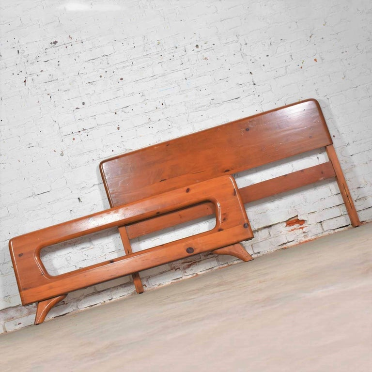 Mid-Century Modern Franklin Shockey Sculpted Pine Full Size Bed For Sale 1