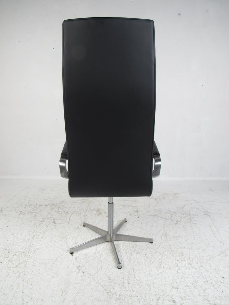 Mid-Century Modern Fritz Hansen Swivel Office Chair In Good Condition For Sale In Brooklyn, NY