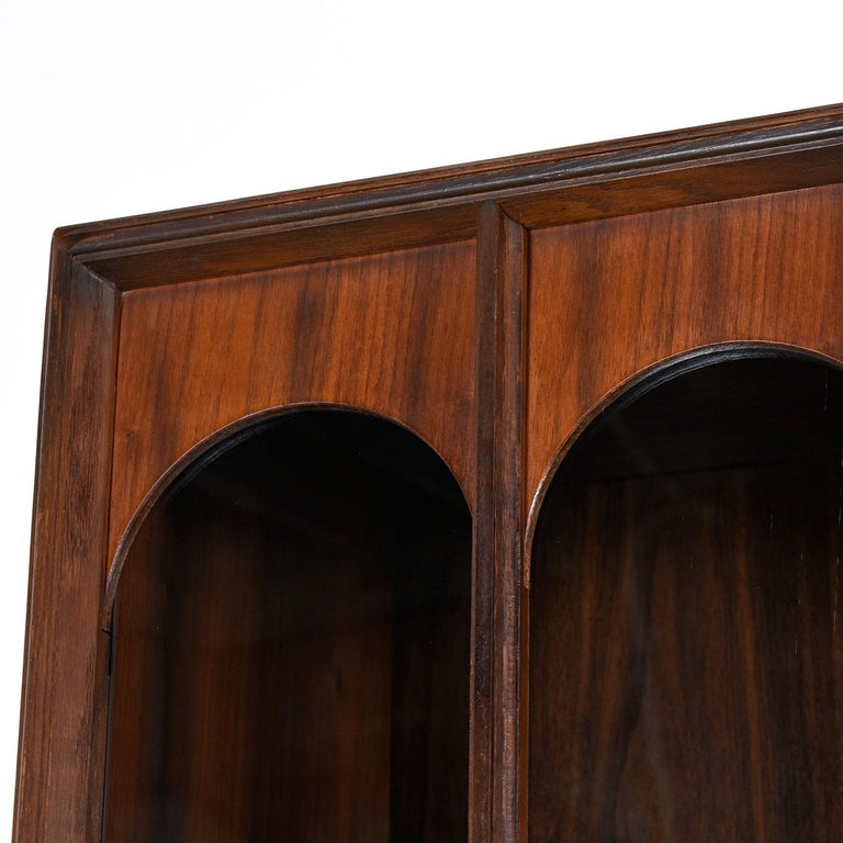 Mid-Century Modern Glass Front Rosewood Arch Accent Walnut Display Hutch Cabinet In Excellent Condition For Sale In Saint Petersburg, FL