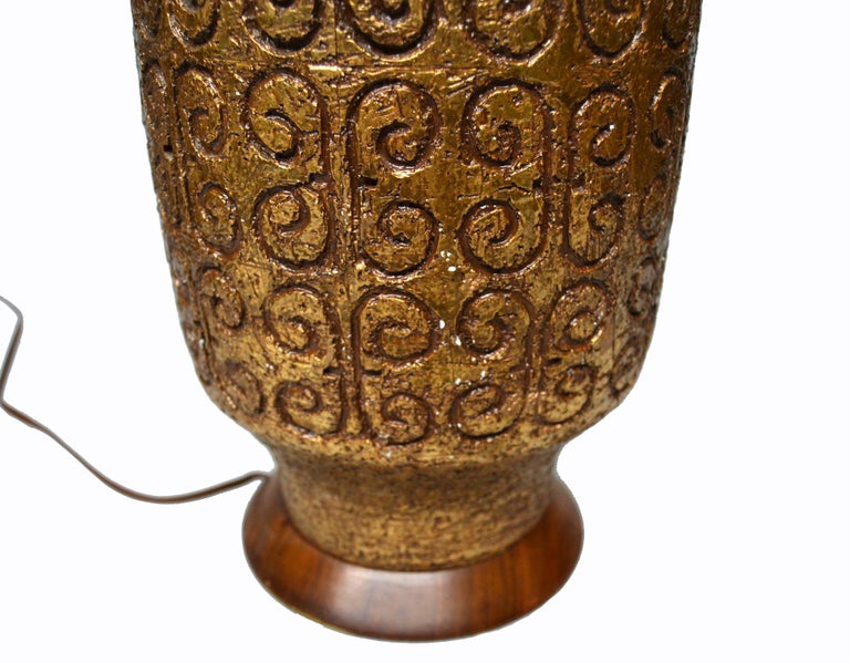 Mid-Century Modern Golden Greek Key Pattern Ceramic Table Lamp Wood Walnut Base  For Sale 3