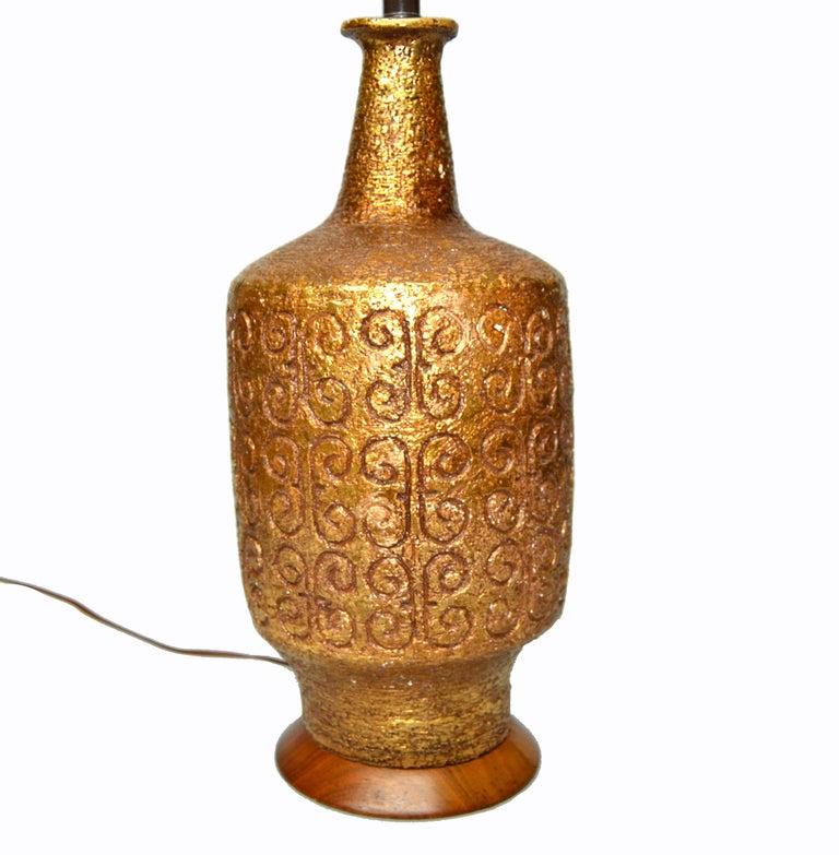 Mid-Century Modern Golden Greek Key Pattern Ceramic Table Lamp Wood Walnut Base  For Sale 4