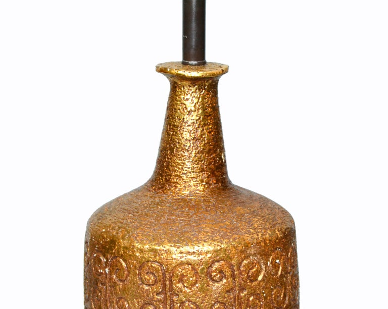 American Mid-Century Modern Golden Greek Key Pattern Ceramic Table Lamp Wood Walnut Base  For Sale