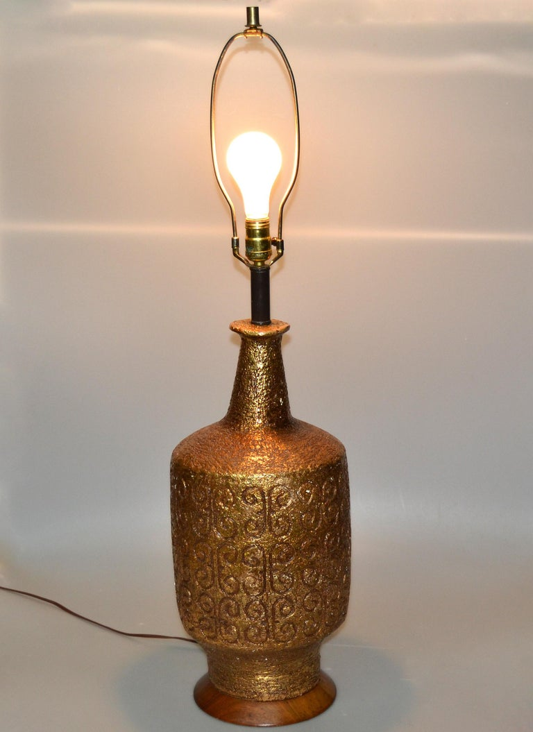 Mid-Century Modern Golden Greek Key Pattern Ceramic Table Lamp Wood Walnut Base  In Good Condition For Sale In Miami, FL