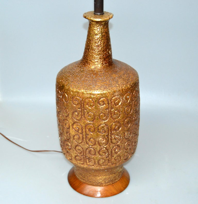 20th Century Mid-Century Modern Golden Greek Key Pattern Ceramic Table Lamp Wood Walnut Base  For Sale