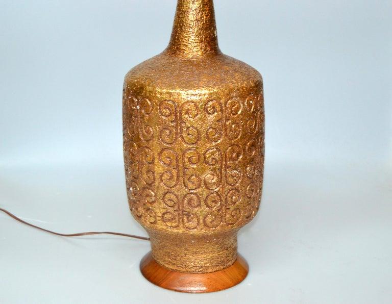 Metal Mid-Century Modern Golden Greek Key Pattern Ceramic Table Lamp Wood Walnut Base  For Sale
