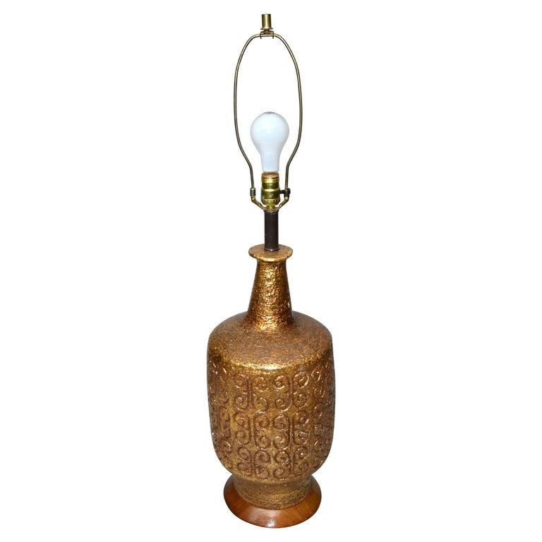Mid-Century Modern Golden Greek Key Pattern Ceramic Table Lamp Wood Walnut Base  For Sale