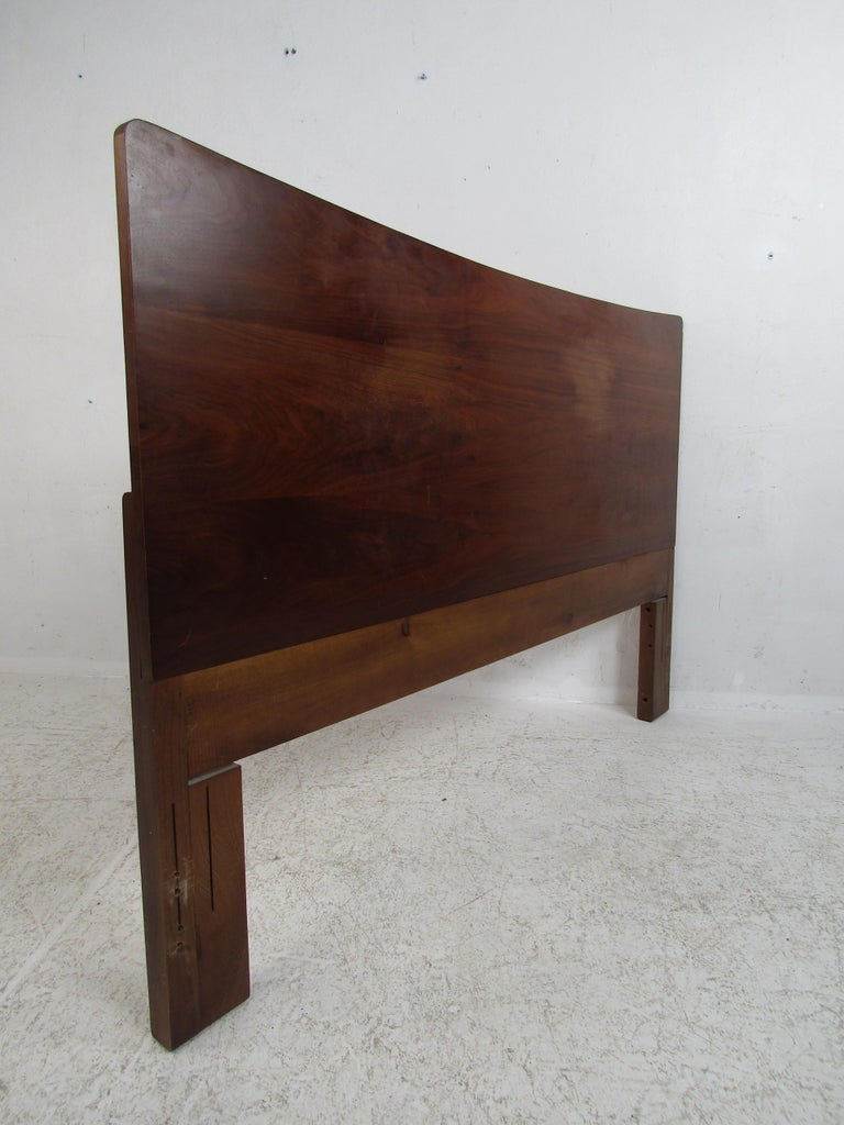 This vintage midcentury headboard features a simple yet eloquent design. A dark walnut finish with a curved top adds to the appeal of this perfect bedroom addition. Fits a queen size mattress. Please confirm item location (NY or NJ).