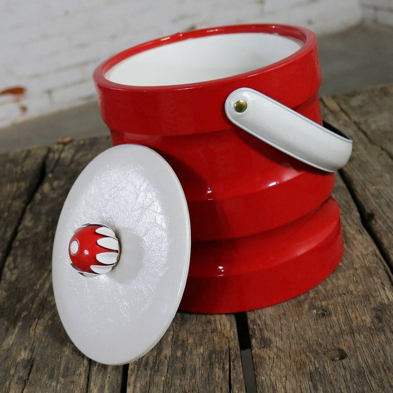 Mid-Century Modern Ice Bucket Red Faux Patent Leather White Plastic & Daisy Knob For Sale 4