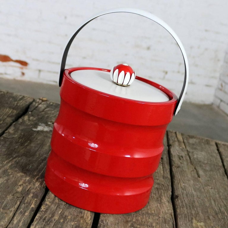 Mid-Century Modern Ice Bucket Red Faux Patent Leather White Plastic & Daisy Knob In Good Condition For Sale In Topeka, KS