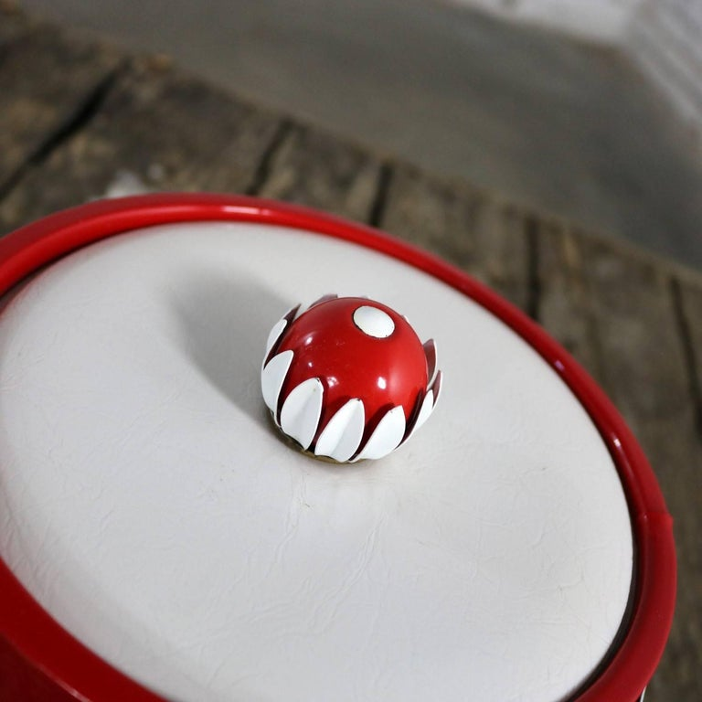 Mid-Century Modern Ice Bucket Red Faux Patent Leather White Plastic & Daisy Knob For Sale 2