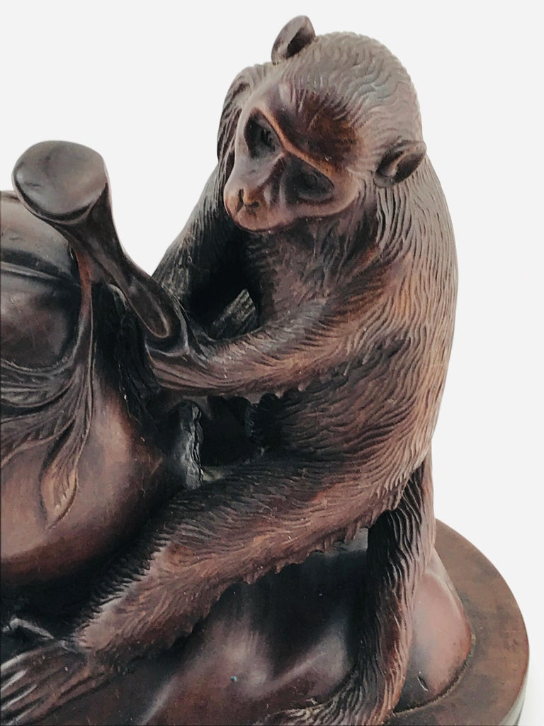 Spectacular sculpture of two monkeys in Italian walnut timber, circa 1960s. Good condition.