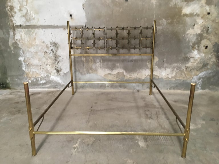 Mid-Century Modern Italian burnished brass double bed by Arnaldo Pomodoro and Osvaldo Borsani, 1960s. The headboard is made of burnished brass and the remaining parts of the structure are in gilt brass. These gilt parts shows some ware consistent