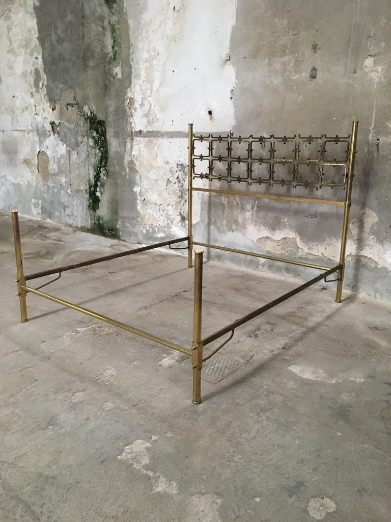 Mid-Century Modern Italian Burnished Brass Double Bed by Pomodoro and Borsani In Good Condition For Sale In Prato, IT