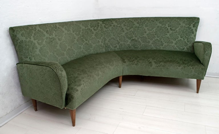 Original Italian corner sofa from the 1950s, the upholstery is from the time, in damask velvet, in good condition but the intervention of the upholsterer is recommended.