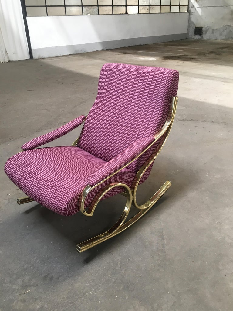 Mid-Century Modern Italian Gilt Metal Upholstered Rocking Chair, 1970s In Good Condition For Sale In Prato, IT