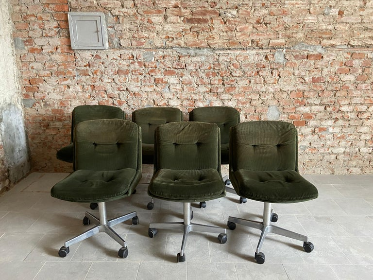 Mid-Century Modern Italian set of 6 chairs on wheels with their original velvet fabric.