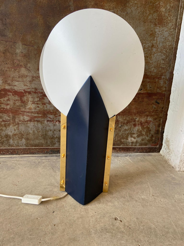 Mid-Century Modern Italian gilt metal and Opaflex table lamp by Samuel Parker for Slamp, 1980s.