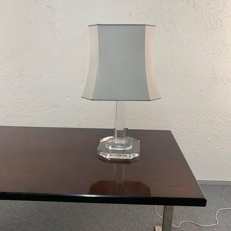Mid-Century Modern Italian Table Lamp Lucite Plexiglass, Italy, 1970s In Good Condition For Sale In Roma, IT