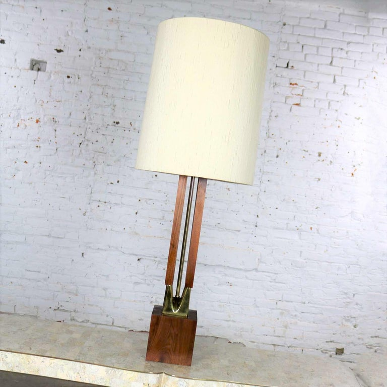 Handsome Mid-Century Modern large scale walnut and brass table lamp which has been attributed to Laurel Lamp Mfg. Co. It is in wonderful overall vintage condition. Its original socket, which more than likely had the Laurel Lamp Mfg. Co. name on it,
