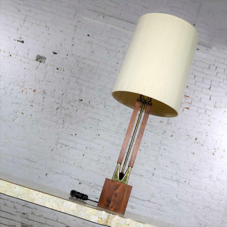 Mid-Century Modern Large Scale Walnut & Brass Lamp Attributed to Laurel Lamp Mfg In Good Condition For Sale In Topeka, KS