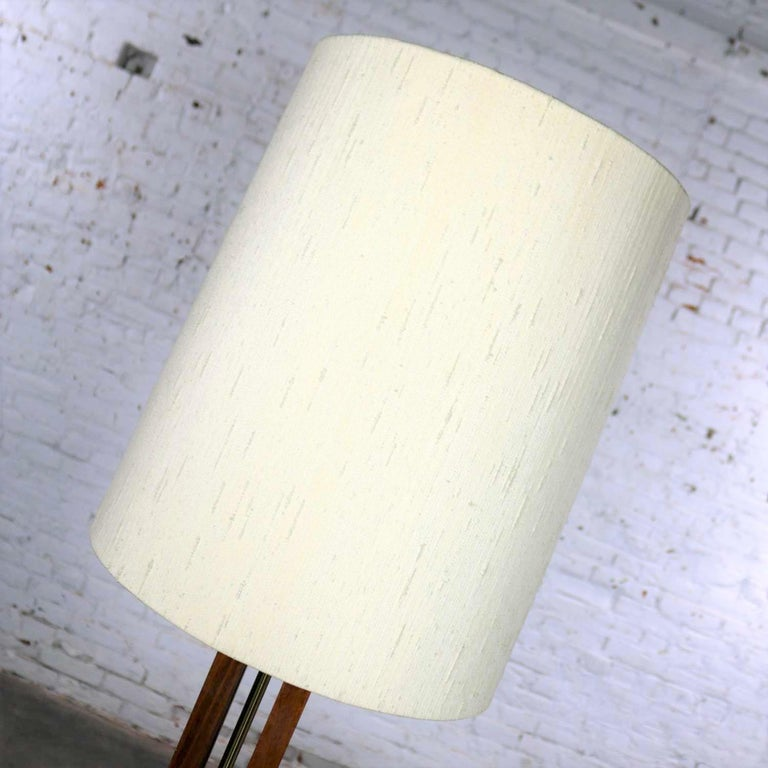 Mid-Century Modern Large Scale Walnut & Brass Lamp Attributed to Laurel Lamp Mfg For Sale 2