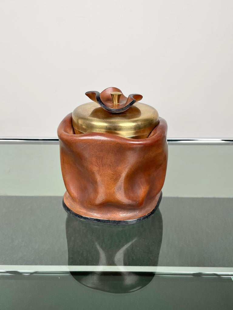 1970s Italian ice bucket in leather and brass. On the bottom, there are the engraved signature of the manufacturer and the text