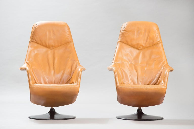 Scandinavian Modern Mid-Century Modern Leather Swivel Lounge Chairs, One Pair For Sale